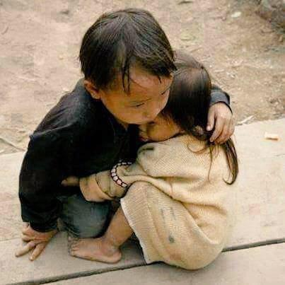 If a picture is worth a 1000 words.. This 1 of a brother protecting his sister in Nepal.. Is worth a million http://t.co/hkREUXt8Wa