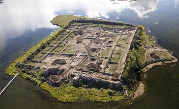 いったい誰が?何の目的で?謎に包まれたシベリアの孤島にある1300年前の遺跡「ポル=バジン」。これは初めて知りました。相当に興味深いです。 http://t.co/631SpbZcNU http://t.co/GEoxBUlGe4