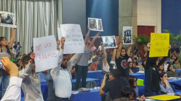 #ULTIMAHORA mientras se llevaba a cabo un foro de candidatos del #PRI en #ITESO alumnos de manifiestan en su contra. http://t.co/Jx4MRZp0rz