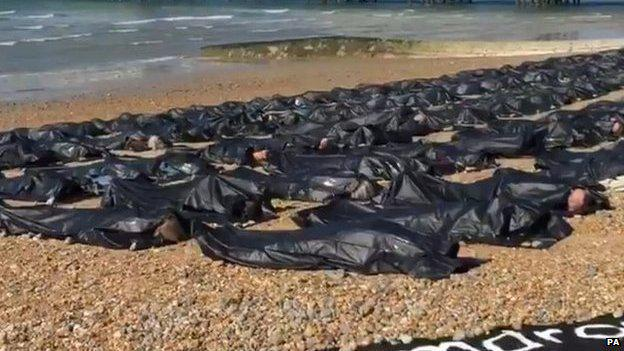 200 body bags are put on Brighton beach to highlight the UK response to the EU migrant crisis. http://t.co/WoH1Gv15hQ http://t.co/XuwKGTZHIA