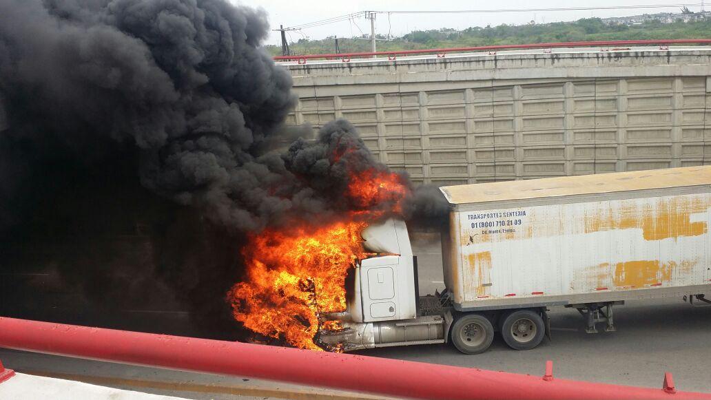 #Alerta: Bloqueos, vehículos incendiados y balaceras en los límites de #Tampico y #Altamira en #Tamaulipas http://t.co/aRAtm21Q1L