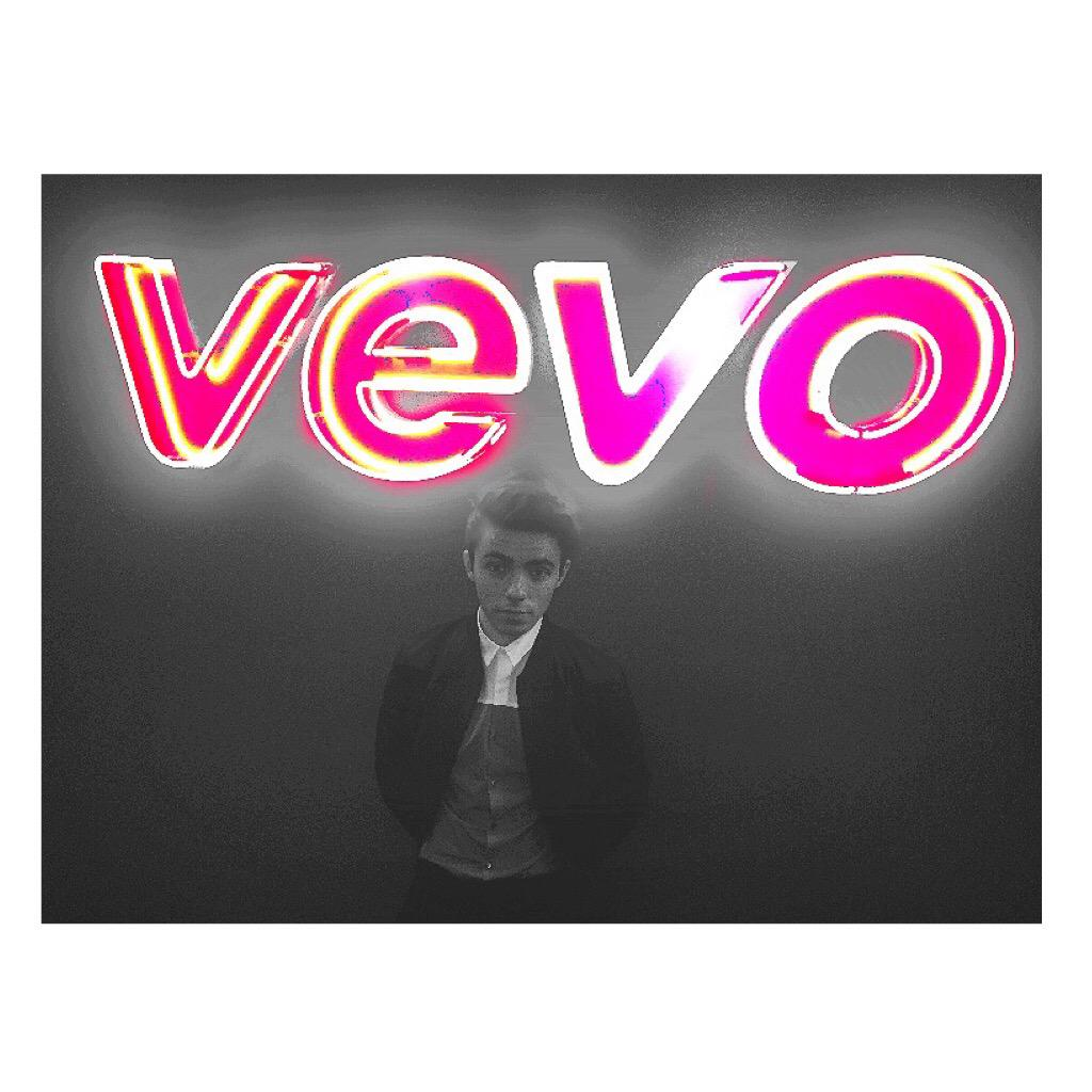 Another busy day in NYC!! Performing for everyone at @Vevo is always fun! https://t.co/t8KZ7VGmdx http://t.co/Ip0MOdRBXE