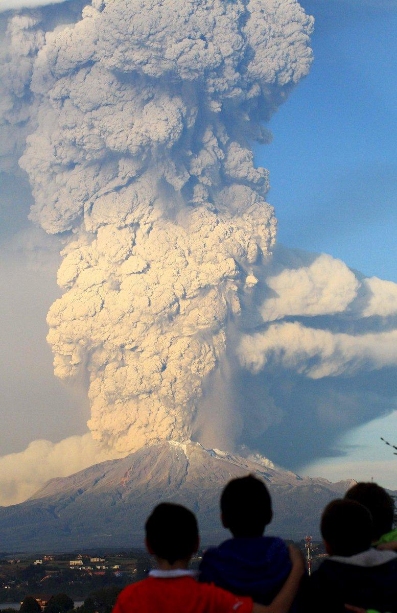 【写真特集・4枚】オレンジに染まる空と立ちのぼる噴煙…チリ・カルブコ火山が43年ぶり噴火(写真:ロイター/アフロ)⇒ yahoo.jp/k6LsqJ pic.twitter.com/Kzt8Arxh09