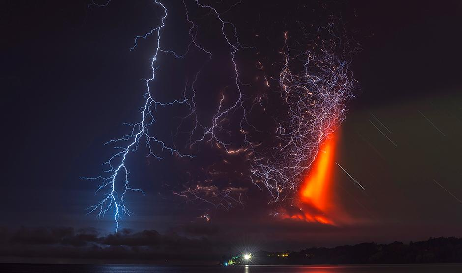 Just wow! Yet another impressive shot of Chile's #Calbuco volcano erupting http://t.co/PFURPdrWtQ #chile #volcano http://t.co/4bzRhGO82j