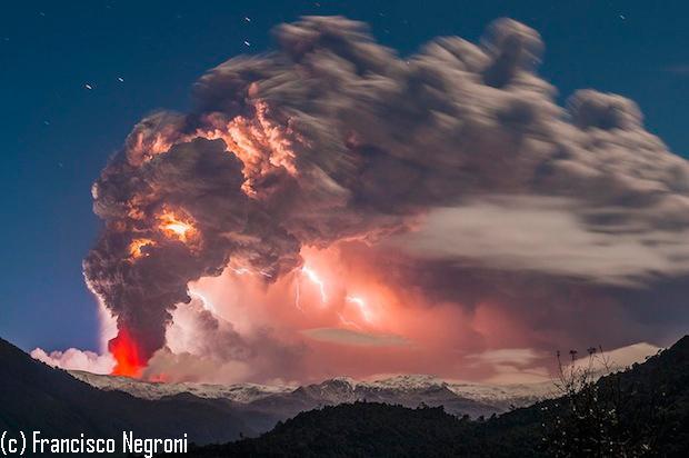 Unha nube pirocúmulo provocada por unha erupción volcánica