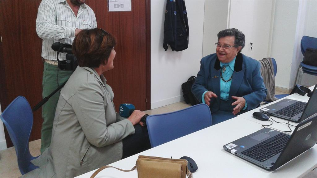 @rtva #Cádiz visita a @AndaluciaComDig. Paquita, #voluntaria @CruzRojaCA,explica este programa #TIC Alma muy joven :) http://t.co/aHA4uRwSwh