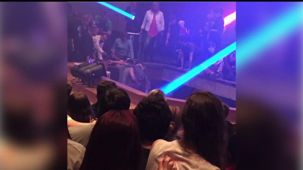 VIDEO: Salgono sul palco durante un concerto a scuola e cadono tutti