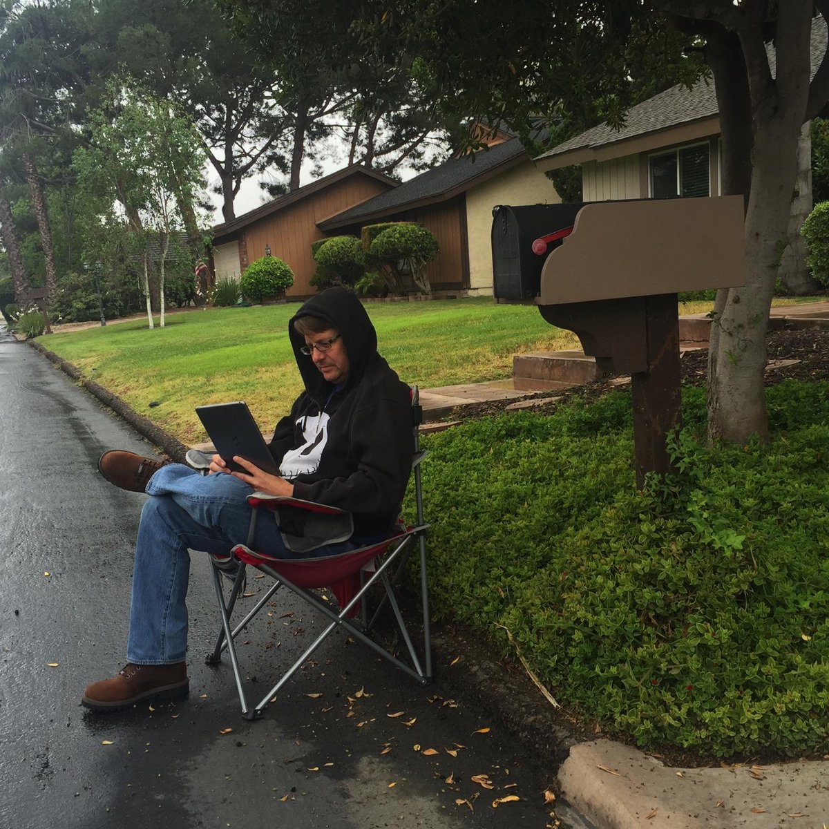 Camped out at this location to be the first to get an Apple Watch. #notthesame #AppleWatch http://t.co/bawzlRtozS