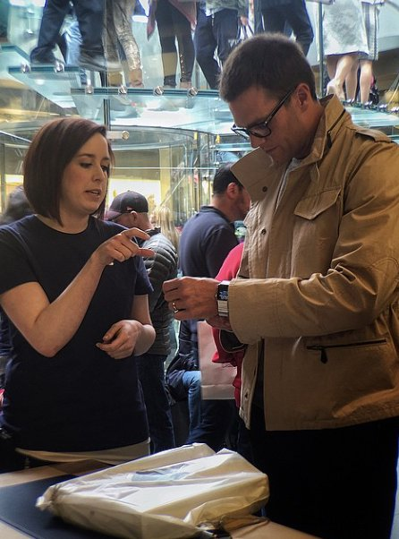 Look at Tom Brady buying an Apple Watch with all his stupid handsome money