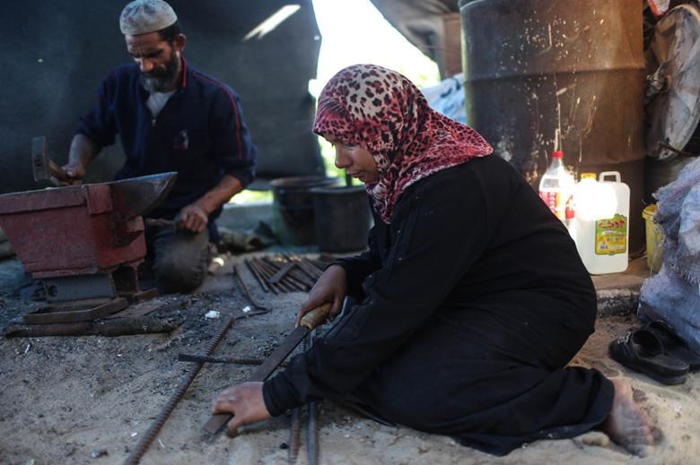 """@XHNews: Gaza wife becomes blacksmith to help husband feed family http://t.co/0YbeQMrvqo http://t.co/v8K786AKbS"""