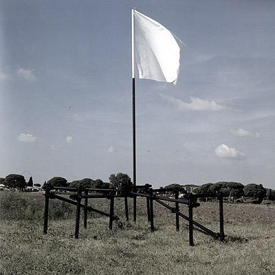 Biennale di Venezia, FLAGS fino al 2 agosto con le bandiere simboliche