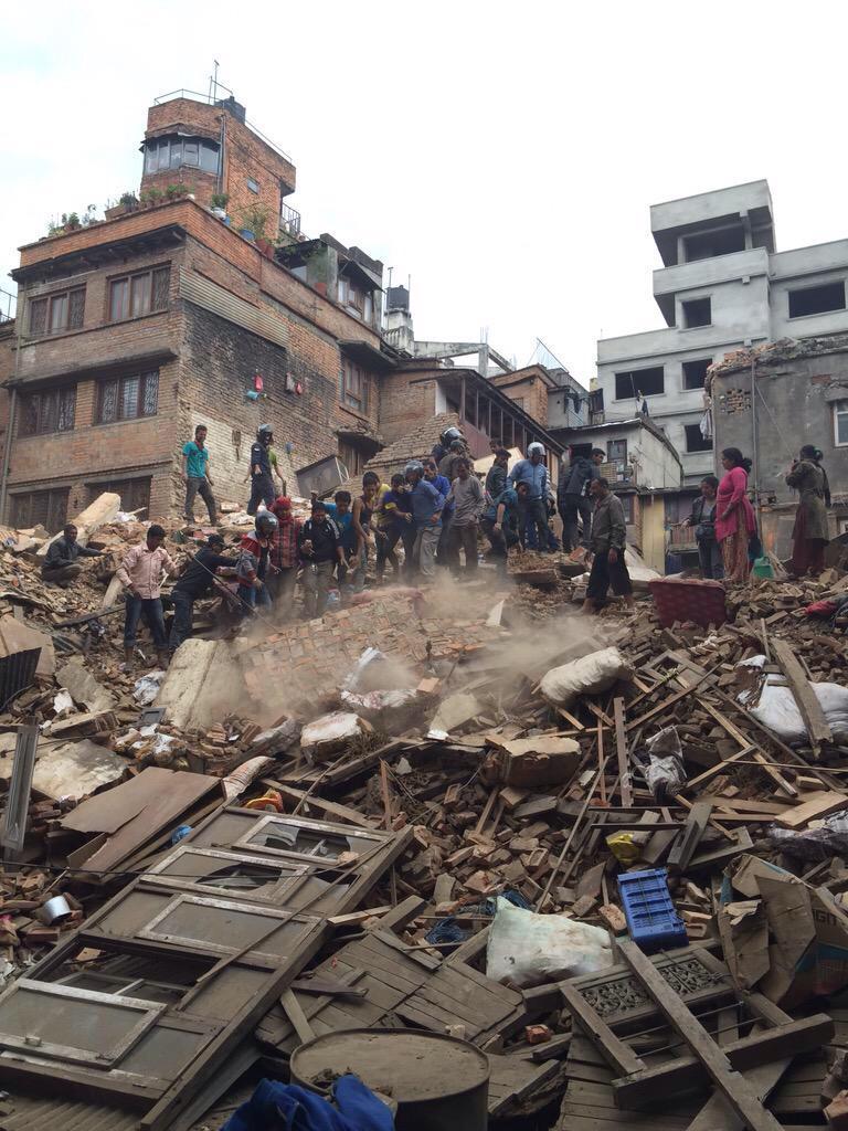 Tremenda scossa di Terremoto in Nepal, foto immagini gente intrappolata sotto le macerie delle case crollate