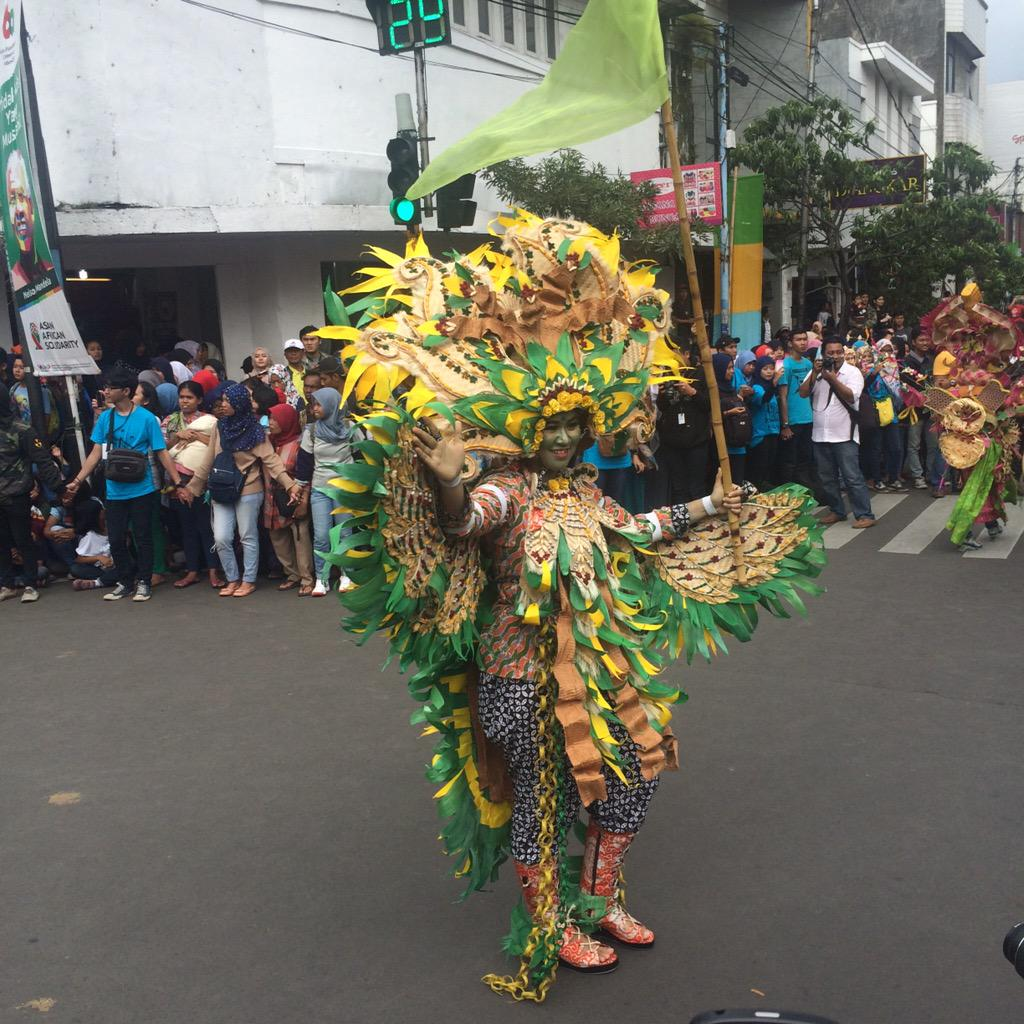 PIC. Kostum unik dan menakjubkan pd pagelaran asian african parade @Your_Bandung @AACarnival2015 #AAParade #AAC2015 http://t.co/mu6KMiZdU2