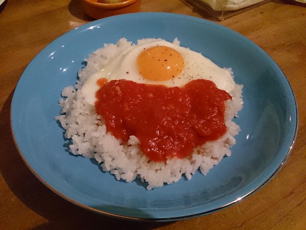 今日食べたカフェ飯、ご飯の上に具無しのトマトソースと目玉焼きが乗ってるだけで800円だった http://t.co/OZ1XA8jjGK