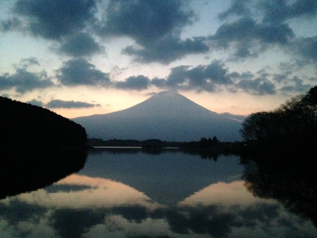 田貫湖です。雲が多いですが富士山はなんとか見えています。 pic.twitter.com/t2wMNPEszV