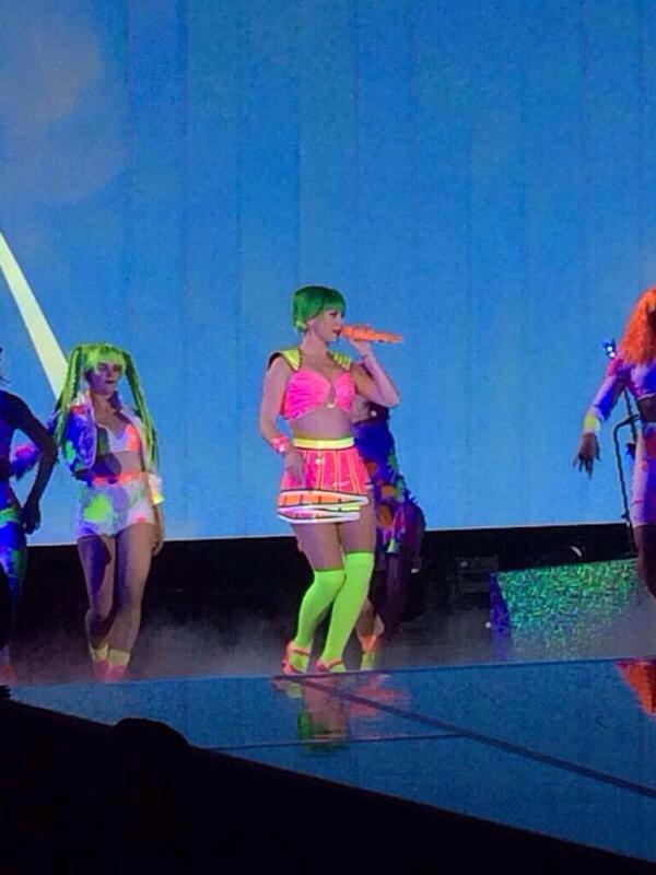 Katy Perry >> The Prismatic World Tour CDdwCakWAAInwnO