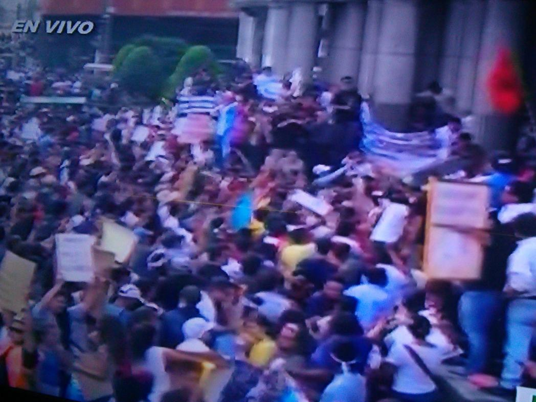 Las redes sociales han sido clave en la convocatoria a la manifestación pacífica en Guatemala. #RenunciaYa http://t.co/HwGWAxGHgd