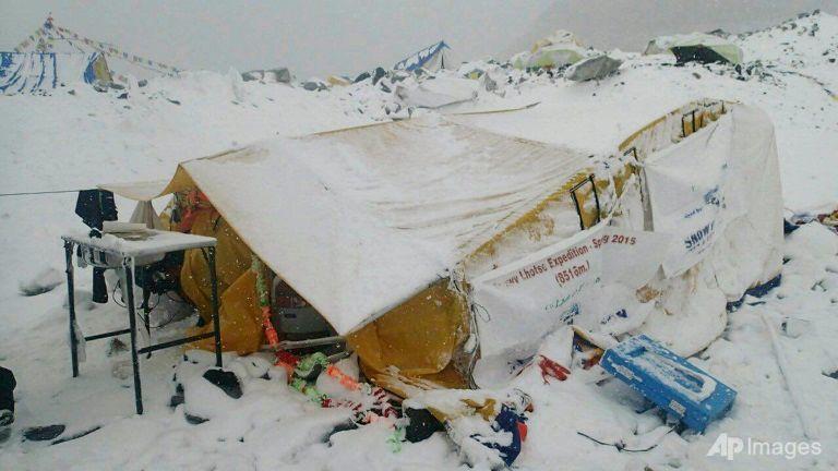 【ネパール】エベレスト。1000人が孤立、ヘリは天候で飛べず(2014年4月18日シェルパ事故上回る悪夢)➡︎☝️There might be over 1,000 there now cna.asia/1GjaLj4 pic.twitter.com/1Y657ULBlm