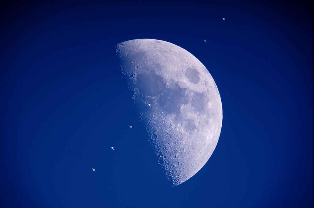 4/26 18:11 直前のISS月面通過。仰角は60度以上でしたが、太陽が沈んだ直後で空が明るくて、目視ではISSは全く確認できませんでした。予想時間を目安にエイッとシャッターを切ったところ、何とか写ってくれました。 http://t.co/p5nMEIFuUc