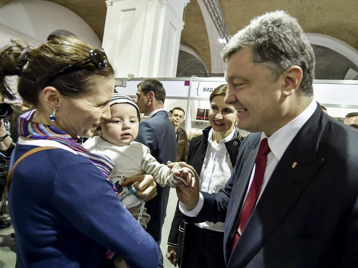 """Арсенал Twitter: Петро Порошенко On Twitter: """"З Мариною відвідали Книжковий"""