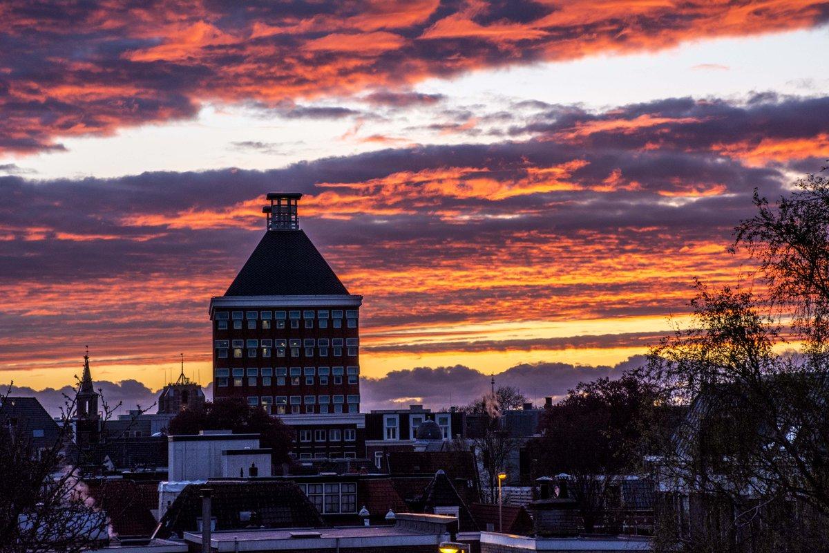 Ik stond net op ons dakterras en maakte deze foto. Leeuwarden maakt zich duidelijk al op voor morgen. #KingsDay http://t.co/qd52pjw9wd
