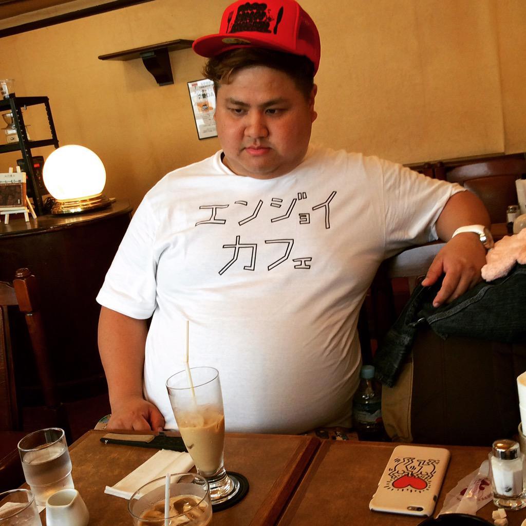 こんなTシャツ着てる後輩がいたからカフェ連れてきたけど全然楽しくないんですけど pic.twitter.com/CkHb9GkrR7
