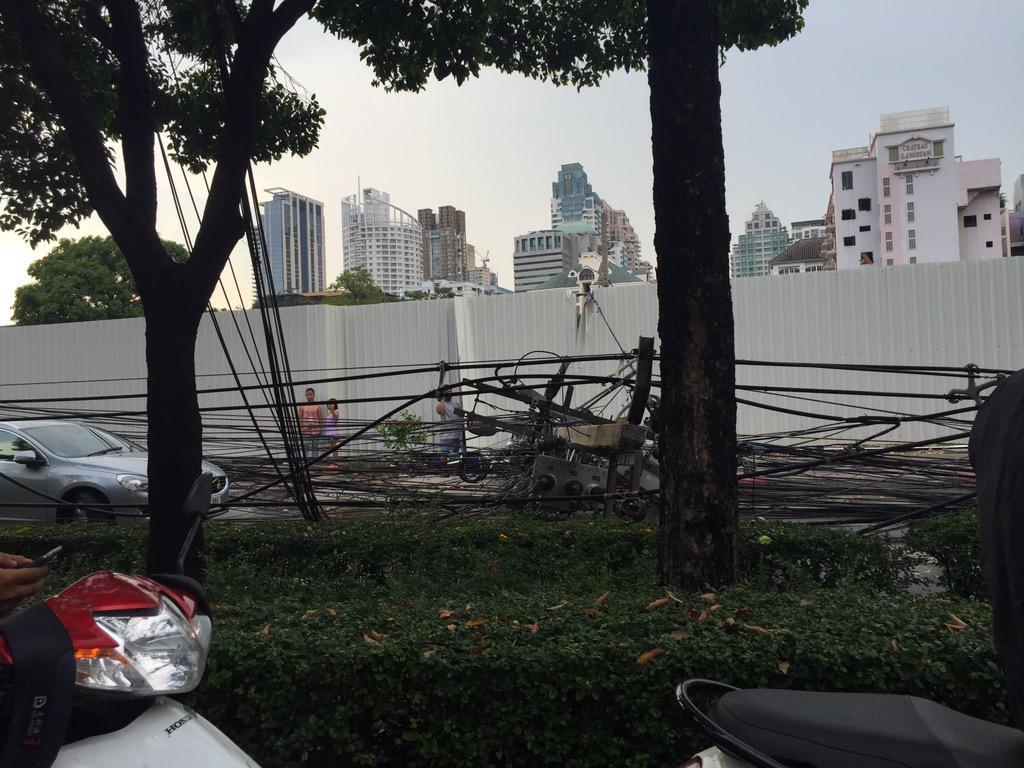 หลังสวนหนักสุด เสาไฟฟ้าล้มทั้งถนนทับรถระเนระนาด http://t.co/1Y5D2DXxuW