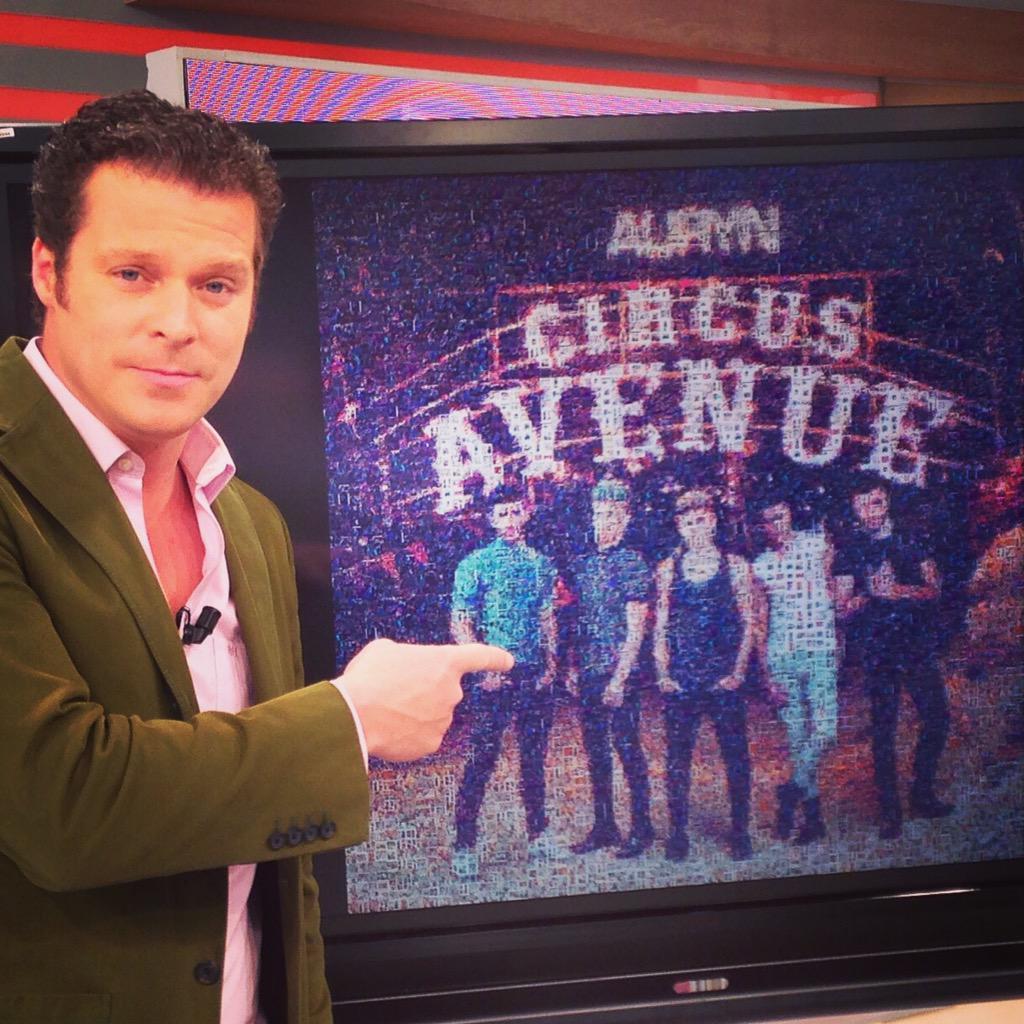 Los chicos de @aurynoficial se van a llevar a casa vuestras fotos!! Ese es nuestro regalo! A las 12:30 @LaMananaTVE http://t.co/LwS5bNAjBe