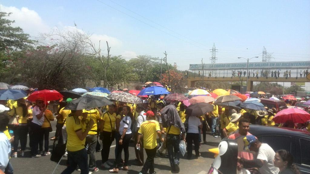 Educadores en paro bloquean la autopista al aeropuerto