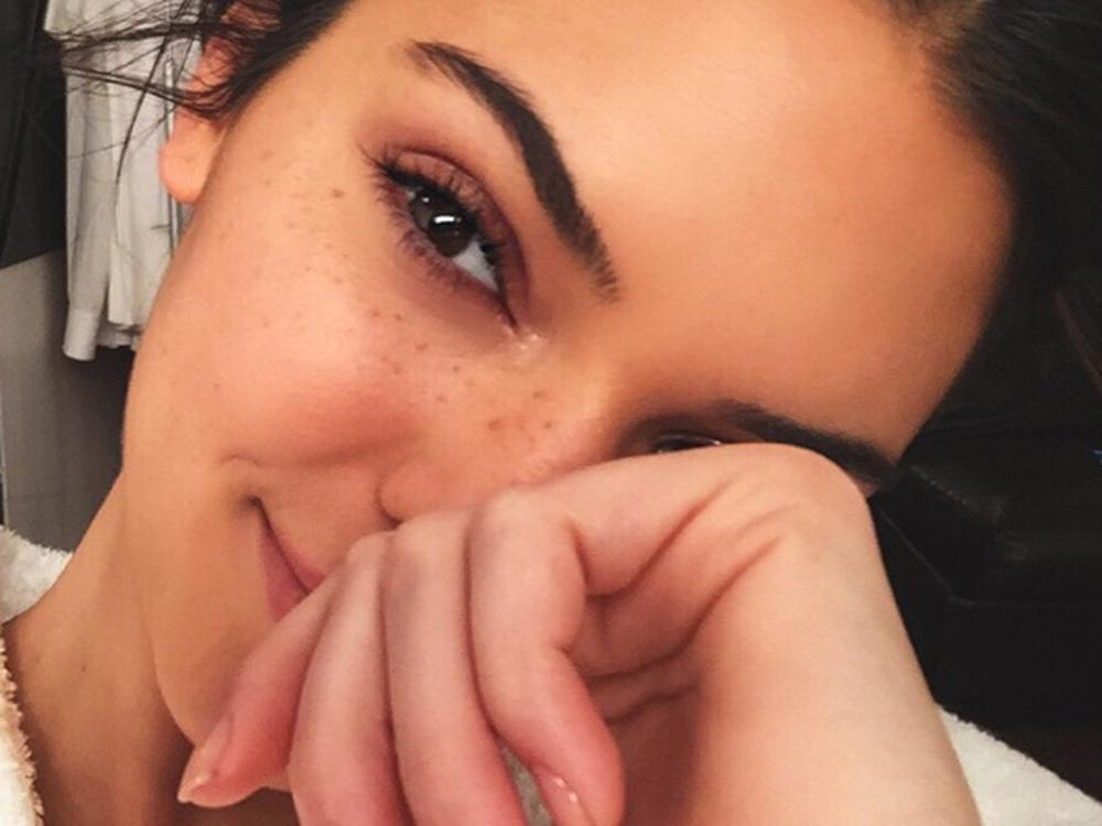 Want freckles like Kendall Jenner? Here's how to fake it... http://t.co/rpRqMjYi0o http://t.co/qoiIk9KdN6