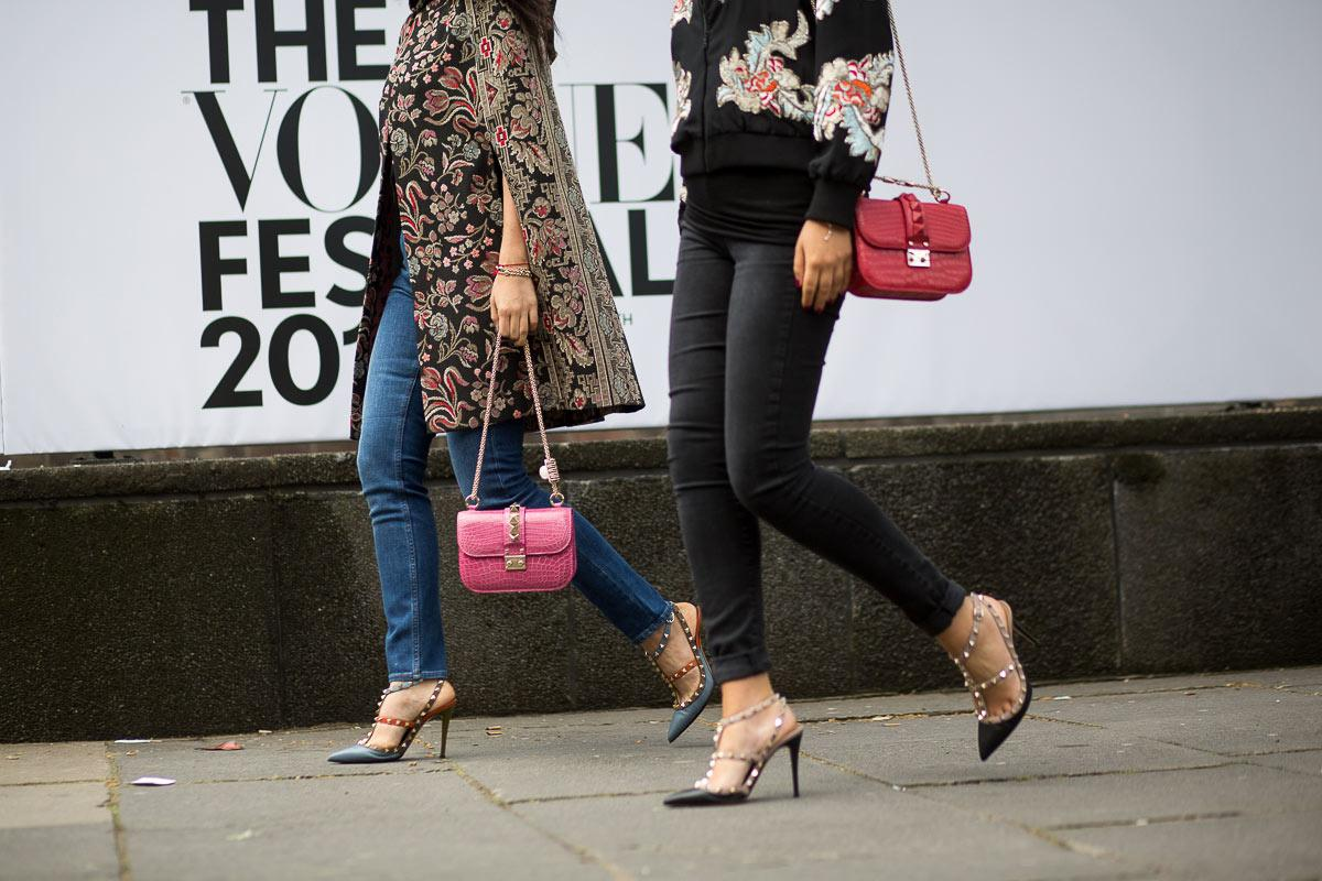 Prendas que anuncian futuras tendencias protagonizan el #StreetStyle del #VogueFestival2015. http://t.co/Lm1ZwBTAa0 http://t.co/38pySGNIOk