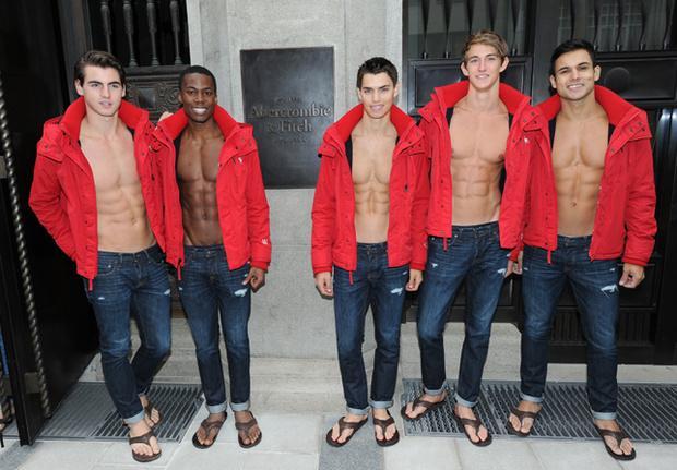 [VOGUE NEWS] El final de una era: adiós a los modelos sin camiseta de @Abercrombie http://t.co/XV7E1cM2il http://t.co/veN4rtQYcd