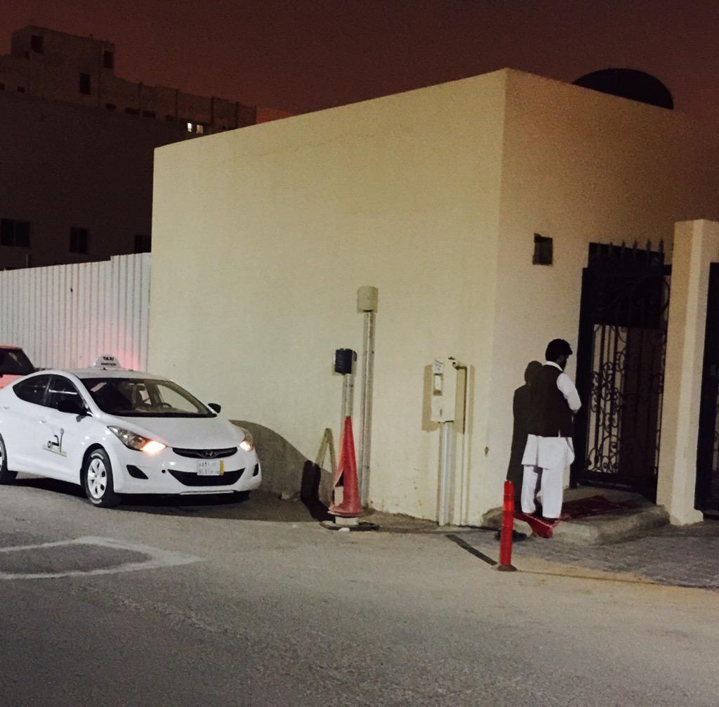 والمستغفرين بالأسحار..  سائق ليموزين ينتظر أمام الفندق، لايوجد زبائن فقام يصلي لله ركعات في ثلث الليل الأخير ❤️ http://t.co/EKLH8t66Xw