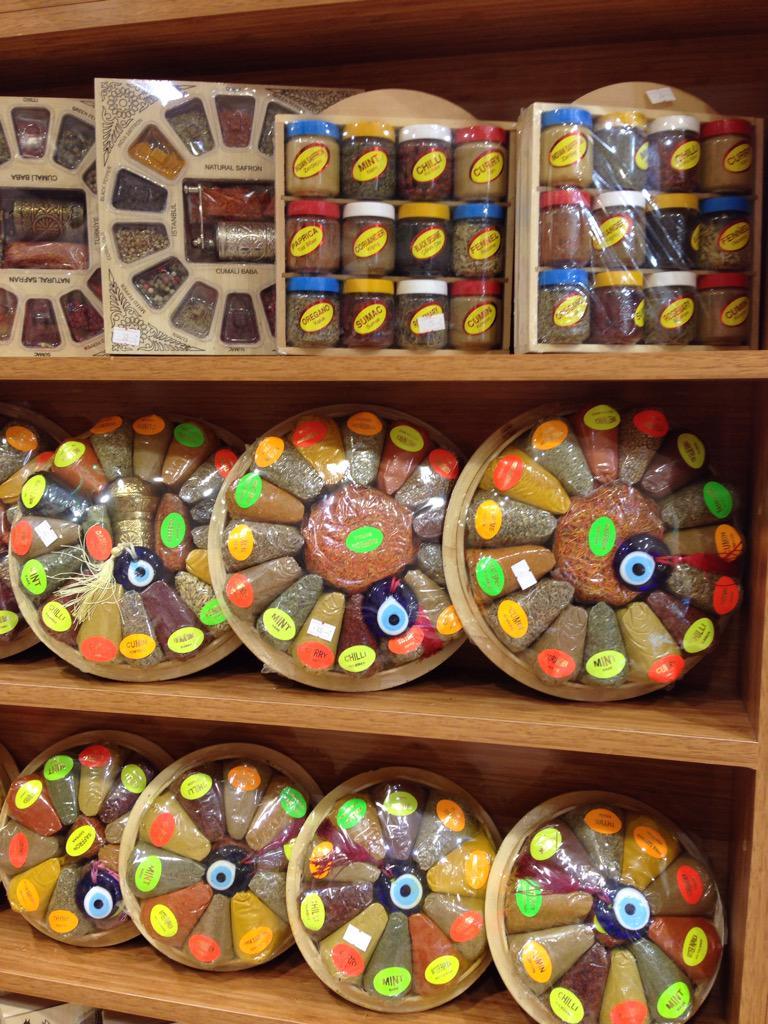 色とりどりのスパイス詰め合わせセット。観光客のニーズに合わせたパッケージ作りに如才ないイスタンブール商人。この手法、他の中東諸国にも広がりつつある。イスタンブール旧市街のグランバザール入り口の店で