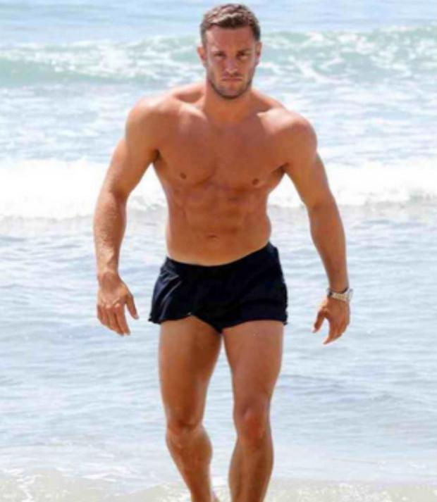 RT @heatworld: Hey @elliottwright_ - you made our 100 #HottestHunks list! http://t.co/tEXz4YEMiu http://t.co/bZQ2x9Hiw2