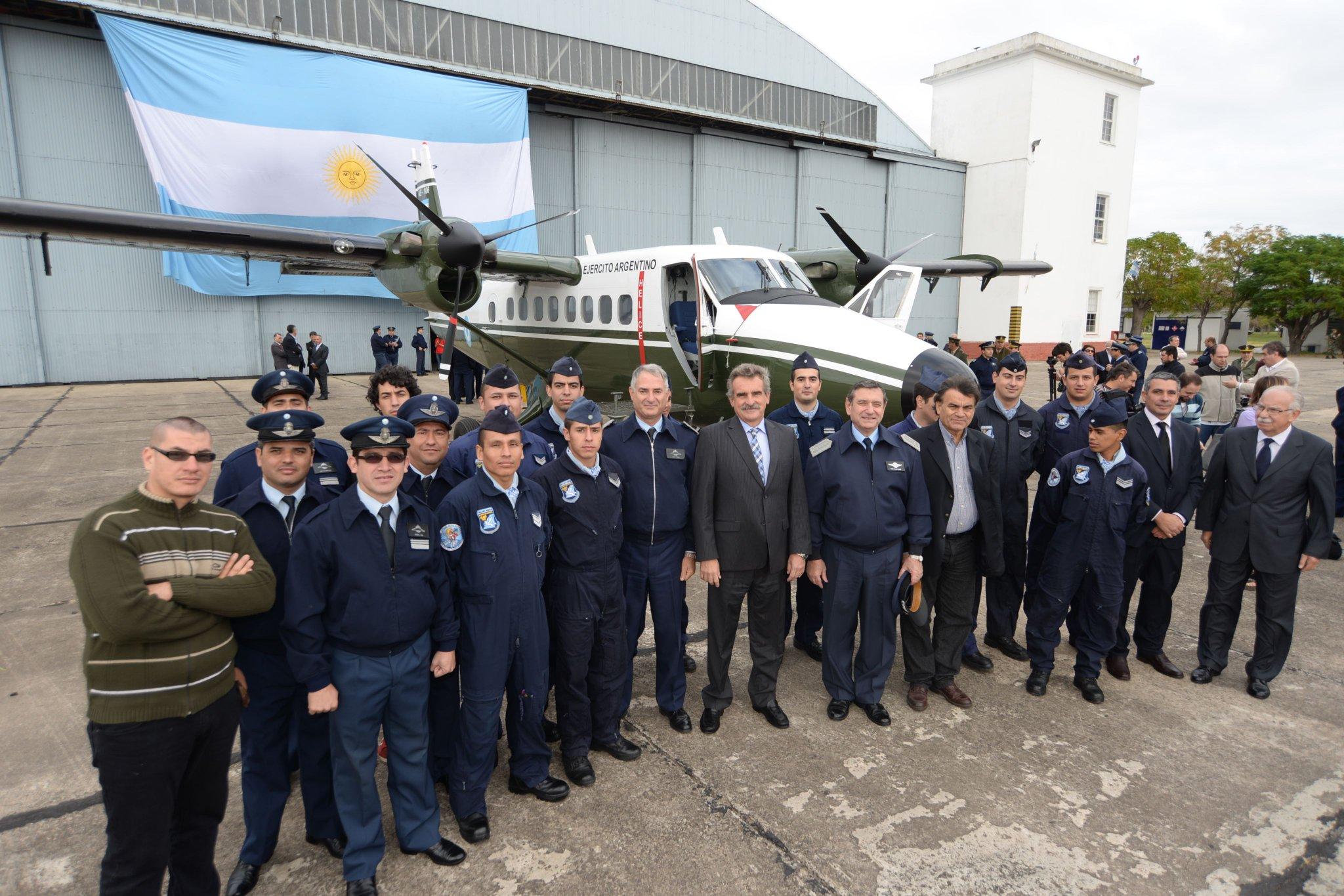 La Fuerza Aérea Argentina entrega el Twin Otter AE-106 al Ejército Argentino CDsjCSIVIAEoz1-