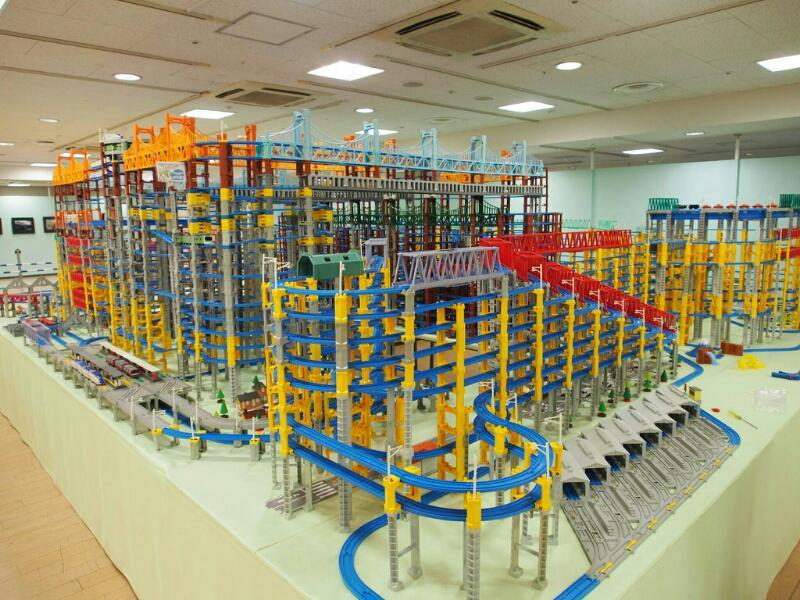 そんな訳で、浜松の遠鉄百貨店でプラレール組み立てました。お近くの方はどうぞ。 pic.twitter.com/R1rhnecwl3