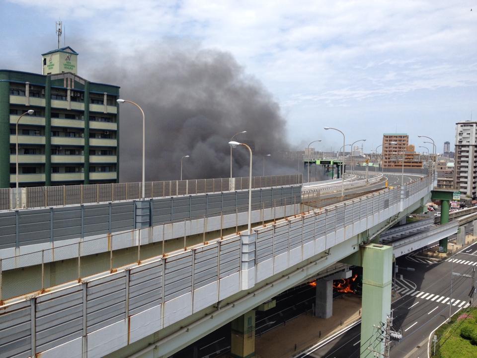 北九州都市高速 北方ランプの下で大型トラックが横転し炎上中。爆発も起こってる…振動が自宅まで響いてきて怖い pic.twitter.com/FAxAdcE1ph