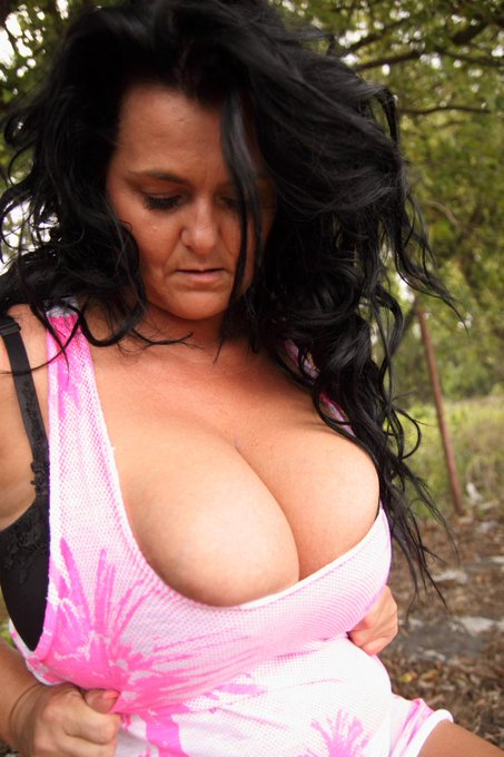 I guess summer is HERE! http://t.co/5W4UxzjzI9 #milf #mommy #mom #outdoor #wet #tight #top #parkingplace