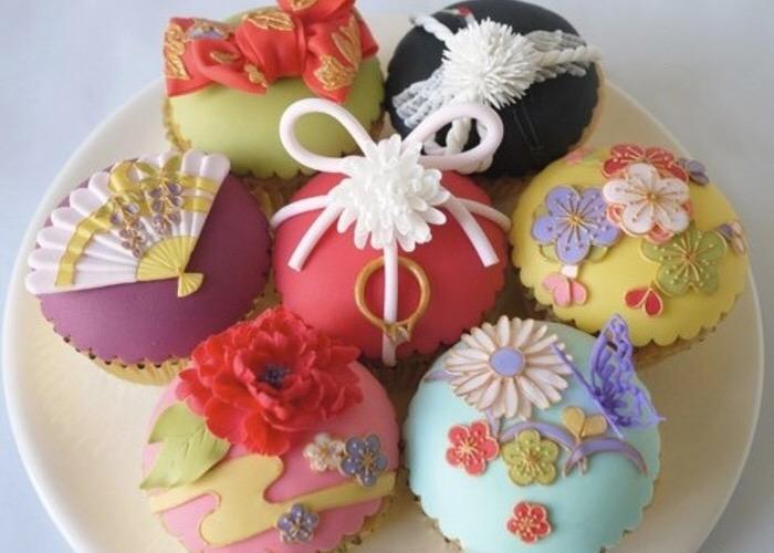 写真のお菓子は和菓子に見えて、なんとカップケーキなんですって(*゚O゚)ノ スゴイッ!!! 和婚なら、こんな可愛い着物柄のデザートも素敵ですね♪ いま人気の和婚特集はコチラ ⇒ http://t.co/0D5Fho3fi1 http://t.co/xhN5MnCHrG