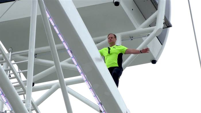 He did it! @NikWallenda makes history with live walk across spinning Orlando Eye http://t.co/6MRk2fHnSq #WalkTheWheel http://t.co/HEPAyLPXw1