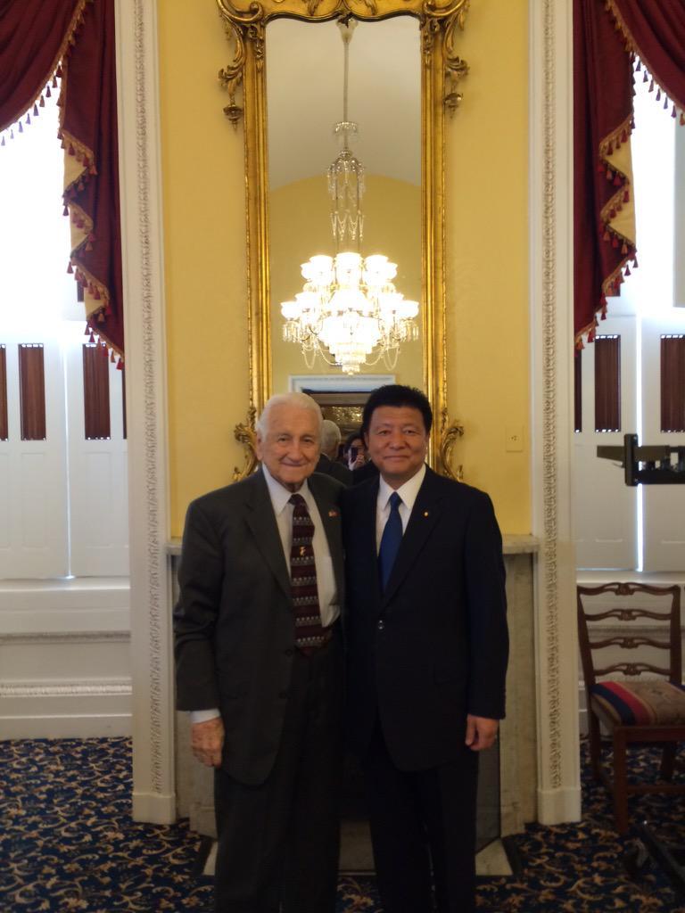 米国上下両院初となる日本国総理大臣の演説に立ち会いました。安倍総理に紹介された米硫黄島協会スノーデン名誉会長と私は握手を交わし、何と偉大な瞬間かと互いに讃えあいました。硫黄島の英霊の魂は癒され報われたと思います。#JNSC #自民 http://t.co/30fc4Bb6Vv