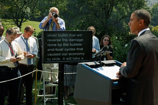 首相が原稿を見ながらスピーチしてるだの、文字が大きいだのなんだの笑われてるけど… http://t.co/PeGYxBqOcr http://t.co/CBuY0GOHTn