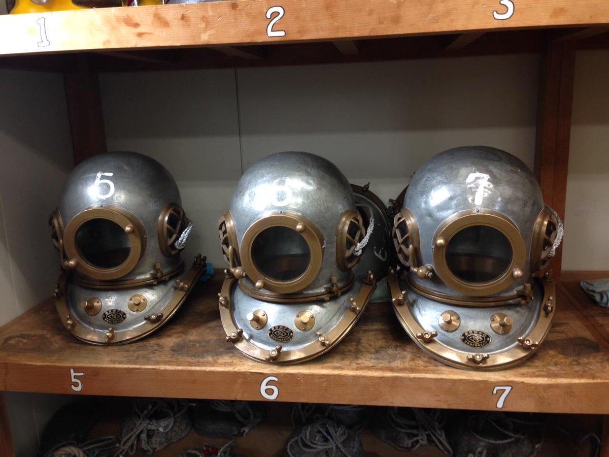 種市高校の先生が言うには、潜水ヘルメットを作っていた職人さんが引退してしまって、新しいヘルメットの調達が非常に困難になっているんだとか。1個1個、銅板を叩いての手作りなんだそうです。ものづくりの後継者不足がこんなところにも影響している pic.twitter.com/AHO4cUKRyO