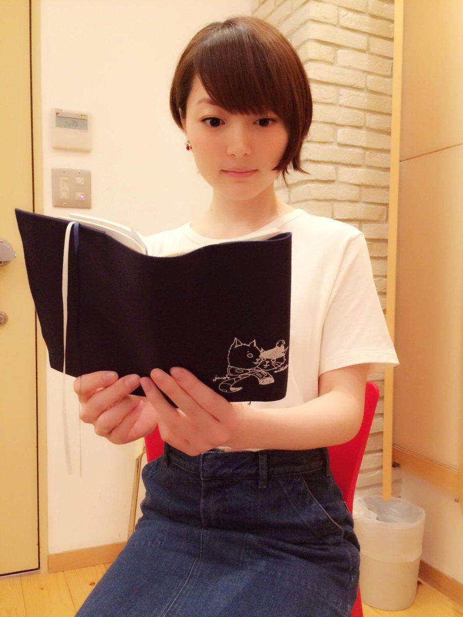 いやぁ、暑い!!こんな日には屋内で読書がいちばんだね!!おや??このブックカバー、可愛くて使い心地抜群…!!花 #hanazawa pic.twitter.com/9G9Wst9SHN