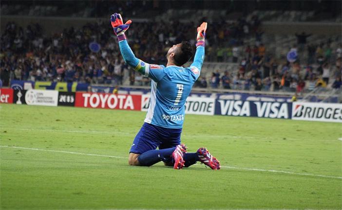 Fábio pegou duas cobranças e foi um dos heróis da classificação do Cruzeiro! Foto: @dougpatricio http://t.co/t1m5i8oNbi