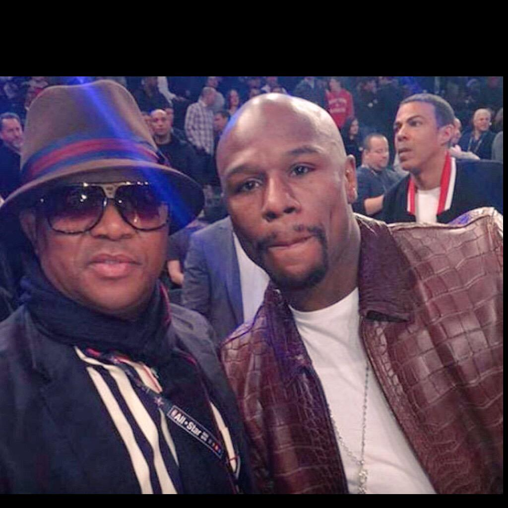 Mbalula chilling in Las Vegas while the fight won't be broadcasted on SABC. What about taking sport to the people? http://t.co/meKRNv3dEu