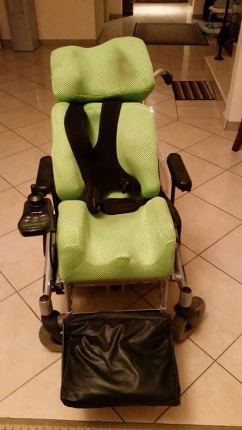 الكرسي ده لطفل عنده ضمور في العضلات أصحابه متبرعين بيه لطفل محتاج لو حد عنده حاله كده يقوللي #ريتويت_في_الخير++++ http://t.co/8WWErvZ3aB