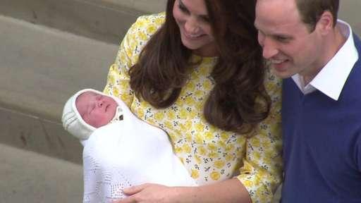 #PrinceWilliam and Kate show off newborn princess http://t.co/tspNtcv8Gr