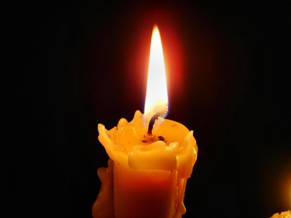журнальный стол горящая свеча фото вечная память интересные бизнес-идеи европы